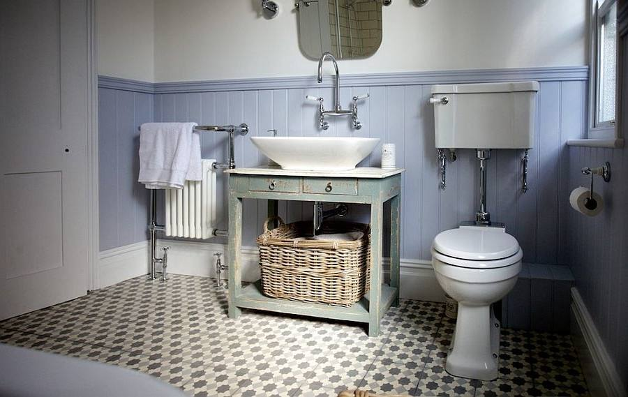 Beautiful bathroom with neutral elements