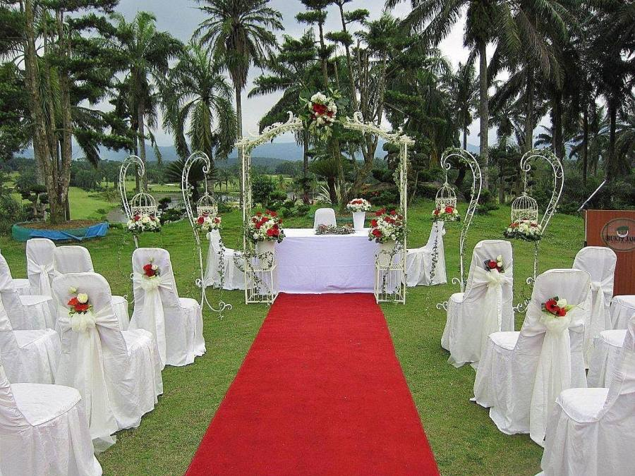 A marriage wedding ceremony which is locked in a event gazebo,using the wedding reception inside a back garden can easily help to make the actual