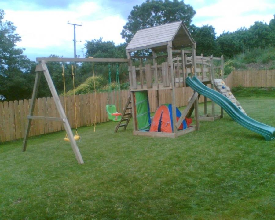 Based in Nuneaton, Selwood makes a broad range of climbing frames in cedar wood
