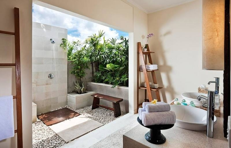 Apart from that, we also adore the bathroom that comes with an earthy tone bathtub in an open setting