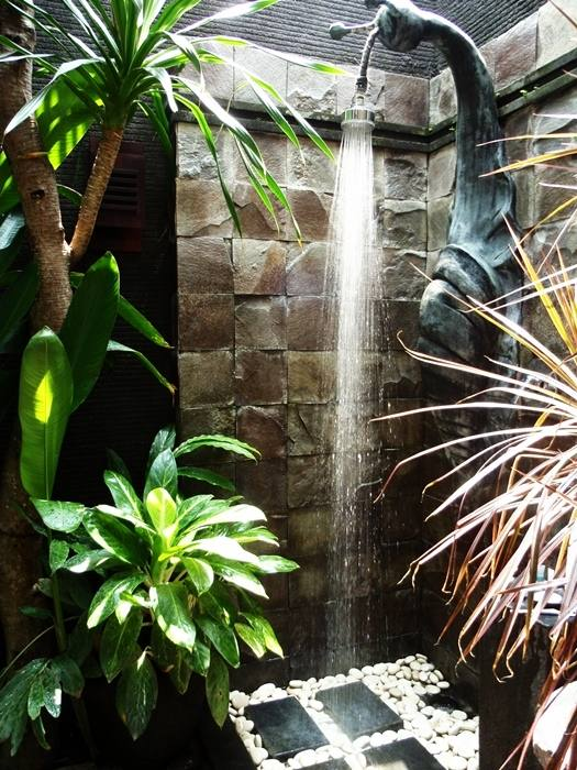 In its simplest form, an outdoor shower consists of a sprinkling fixture attached to an outdoor tap or garden hose, no plumbing required