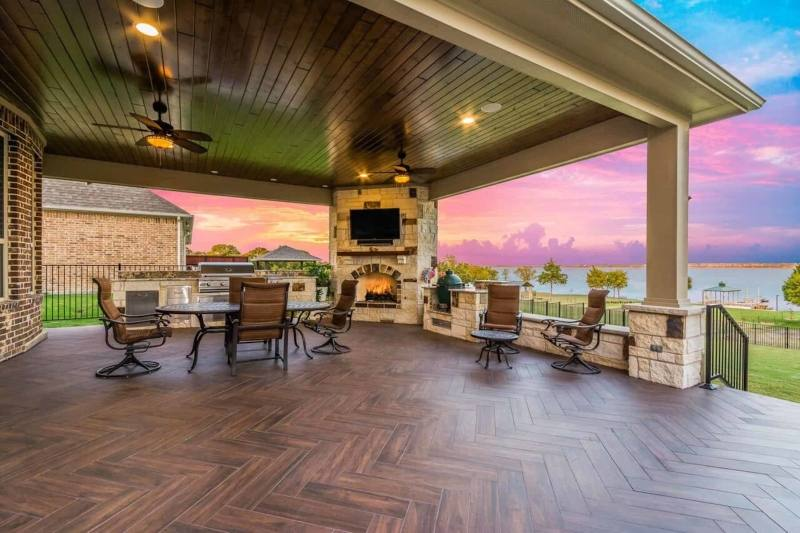 Designed as an outdoor living area that overlooks the lake and a swimming pool, this pavilion offers a complete entertainment space