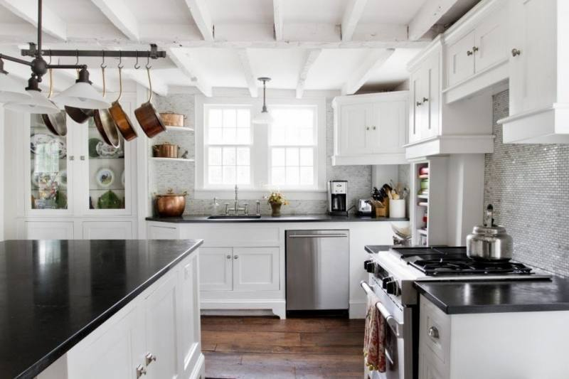 the colors between upper and lower cabinets