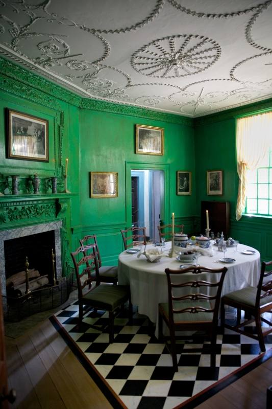 To finish our article a good dining room tip for a green dining room! Such a fine place to spend a good evening with your family or to prepare a good meal